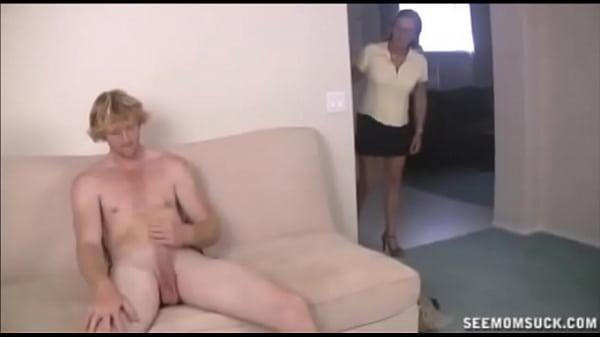 Порно видео Сосать голого парня