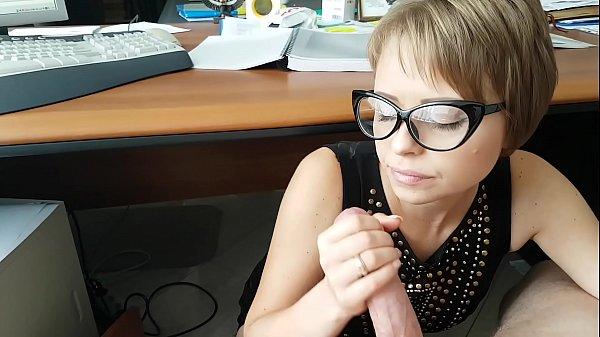 Похотливая секретарша отсасывает у своего начальника в офисе сидя под столом Thumb