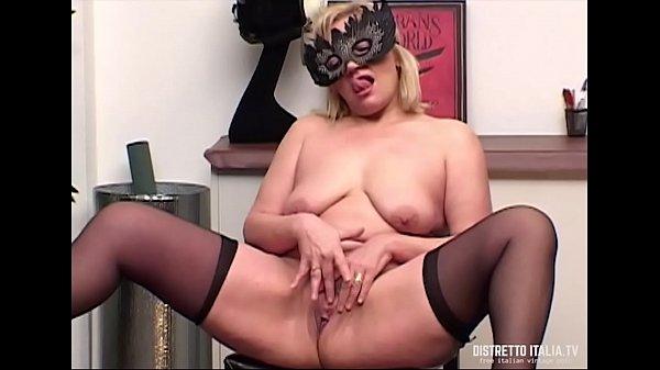 Полненькая девушка мастурбирует перед камерой