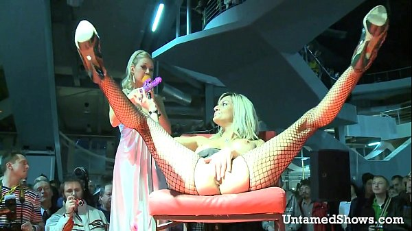 Horny slut spreading her legs at the sex show Thumb
