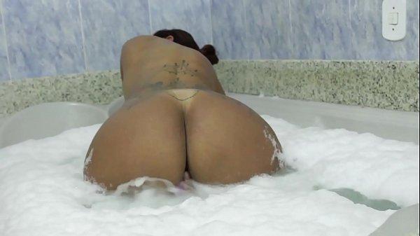 Melissa Devassa quando não tem rola vai de brinquedo na banheira.