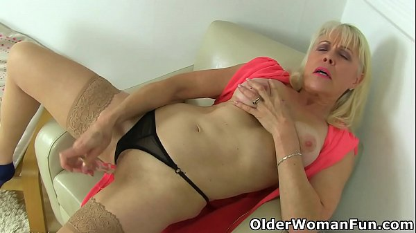 British mature Lady Sextasy dildos her old fanny Thumb