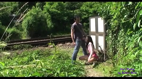 Un guardone spia due giovani  che scopano presso i binari del treno
