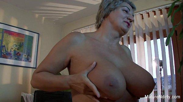 Mature slut gets cum on her huge tits Thumb