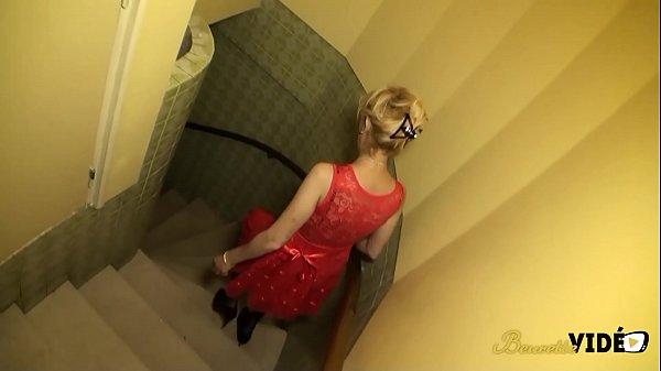 Zhelia cougar blonde baise avec deux jeunes dans le sous-sol Thumb