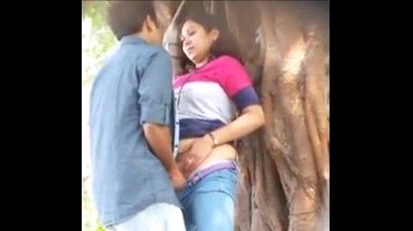 Video Pasangan Mesum dibalik Pohon