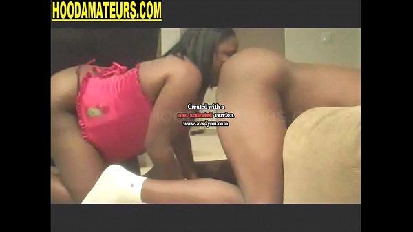 Женщина лижет жопу мужикам во время ебли