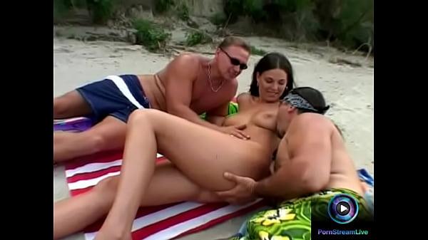Med två män på stranden