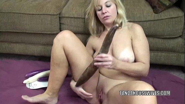 Curvy MILF Liisa is fucking her sweet twat with veggies Thumb