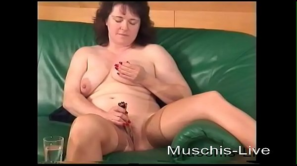 Housewife masturbates for the first time the cunt