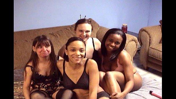 Три лесбиянки трахаются со страпоном