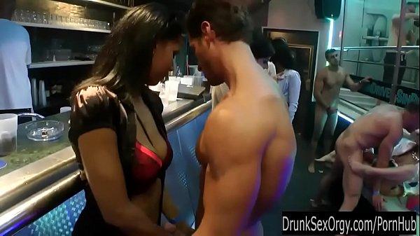 Tony au bar et à la piscine Thumb