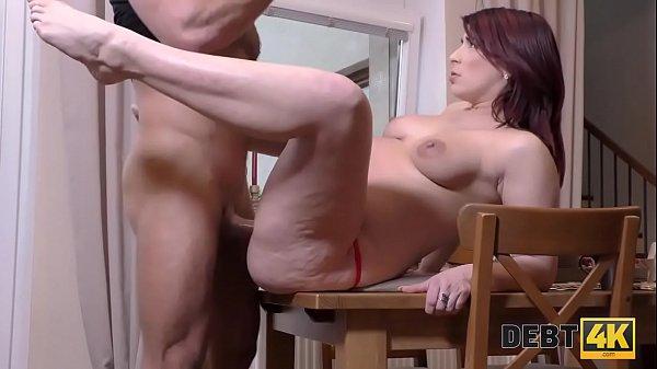 DEBT4k. El sexo duro ayuda a una madre solitaria a pagar todas las cosas necesarias Thumb