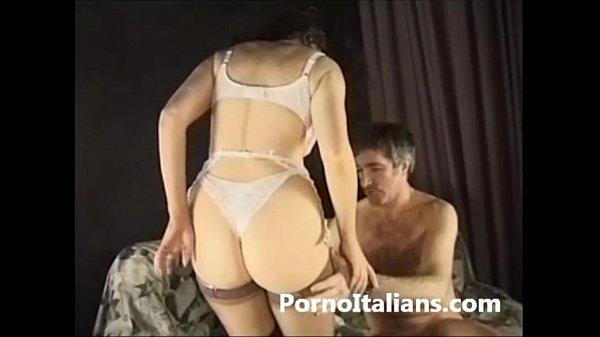 Porno italiano - Mora riccia milf italiana scopata sul divano del set