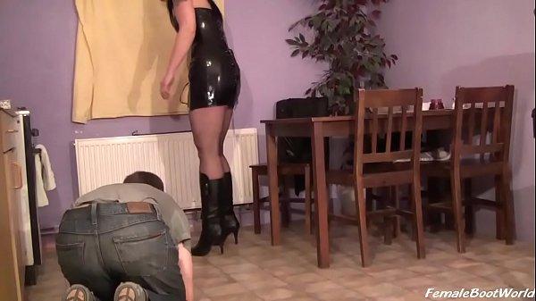 Толстая госпожа трахает рабыню
