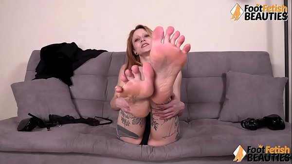 Barefoot tattoed redhead spreading her toes and shows feet Thumb