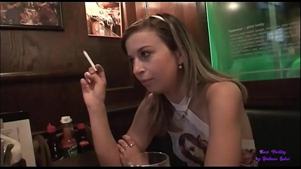 La ragazza è sola e triste nel bar e accetta l'invito di due anziani a scopare con loro
