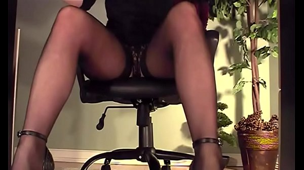 что-то сделать девушки мастурбацией под столом видео групового
