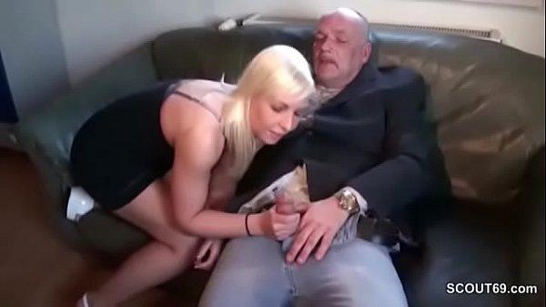 Contrata a una puta rubia para follar en casa