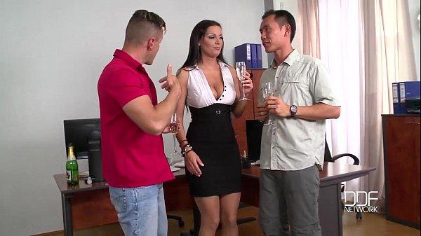 סרטי סקס Extra sexy Busty Milf Secretary snacks on 2 cocks
