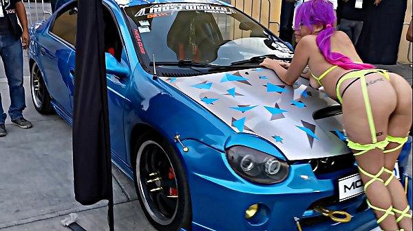 Parando el culo en la expo de autos, con liguero y coletas (Sailor pussy) by Hyperversos