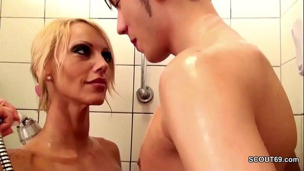 Geile Stief-Mutter fickt ihren Bubi Stief-Sohn ...