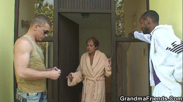 Внук прет свою бабушку во все дири