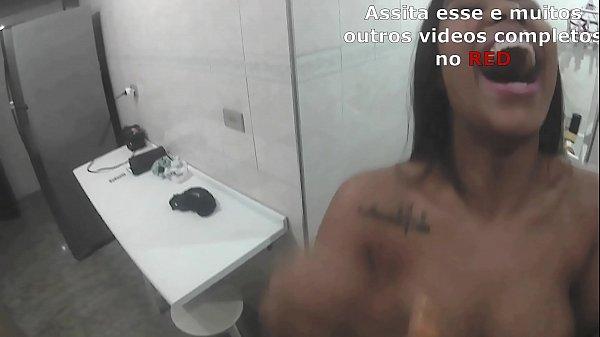 Lunna Vaz levando leitinho na boca enquanto o Lucão estava fazendo a janta - Vlog #4 Thumb