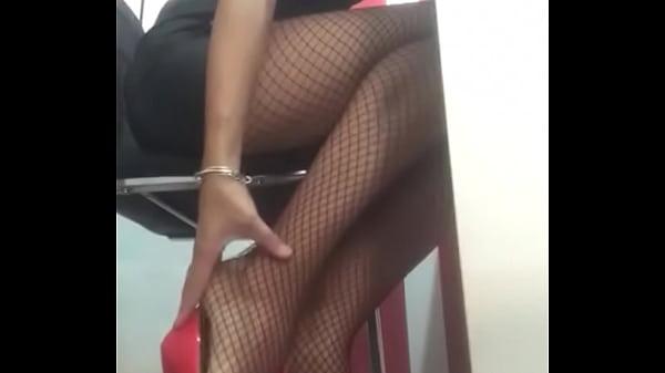 Dominalucia Dominatrix Findom con medias de rejillas y zapatos hipnotizando a esclavos por webcam
