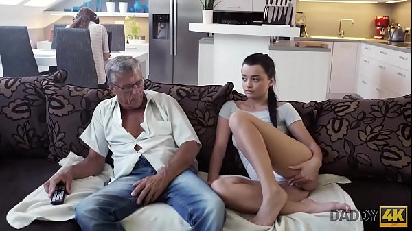 DADDY4K. Papa di ragazzo nerd puo soddisfare le esigenze sessuali della sua ragazza