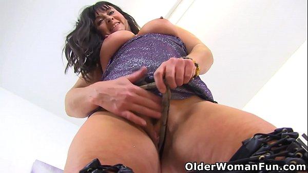 UK mature Lelani toys her gorgeous pussy