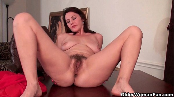 Mature milf gives her hairy pussy a workout Thumb