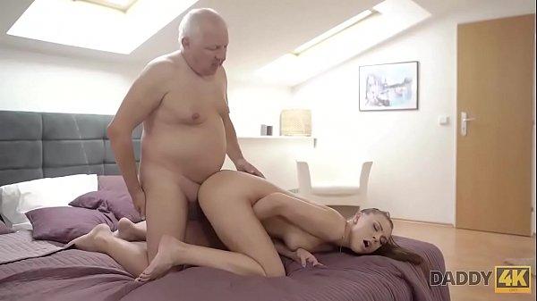 Papà chiede al figlio di scopare la mamma porno