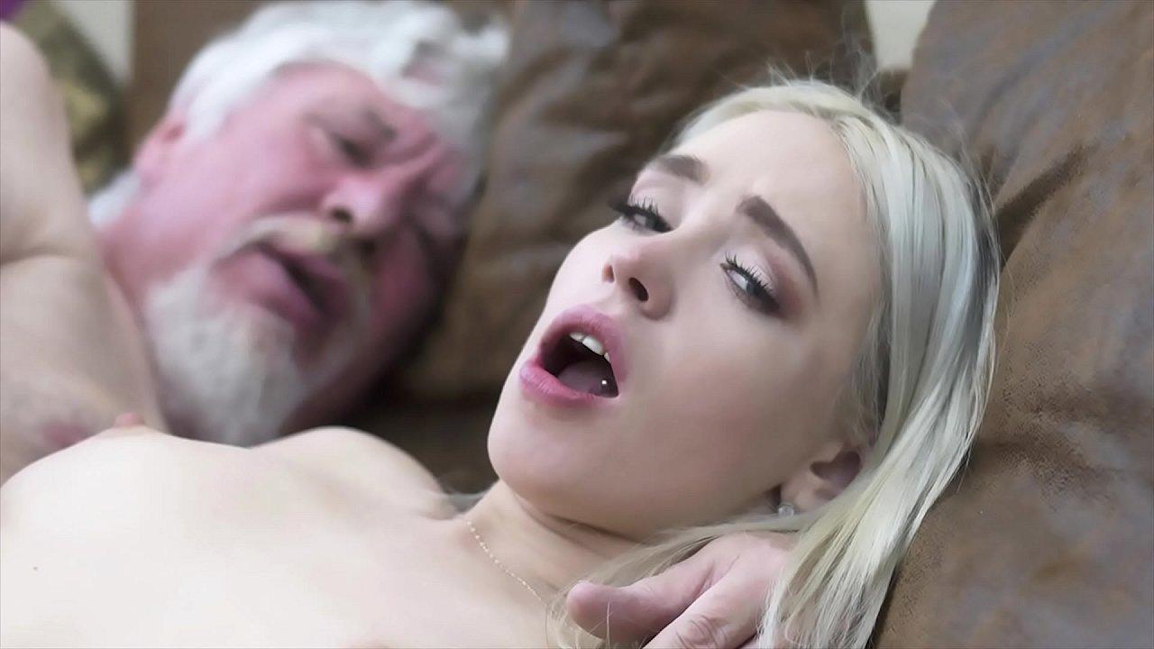 Abuelos Con Sus Nietas Porno siempre que la viciosa de su nieta le visita, le deja los