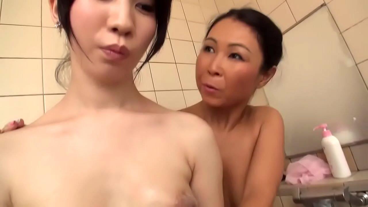 Mujwr Trans Porno mujer pervertida se la chupa a japonesa adolescente trans