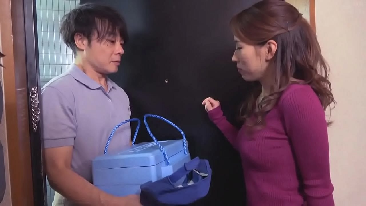 honey milf seduces delivery man