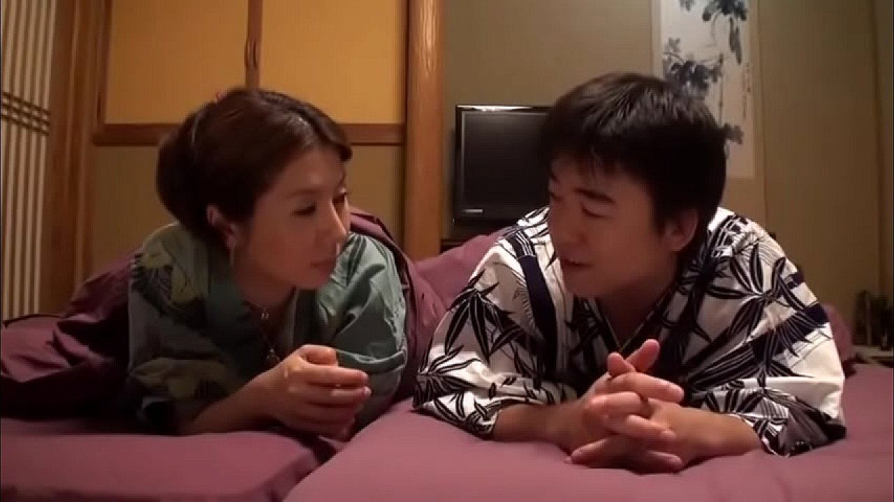 japanese kimono - mẹ cho con trai bú