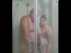 Listonoszka pod prysznicem