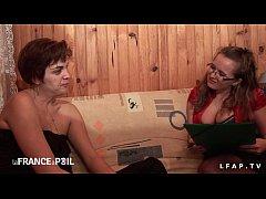 2 milfs francaise jouent aux lesbiennes a se do...