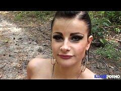 Alicia, bruyante cochonne encule\u0301e dans les boi...