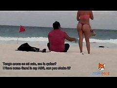 Mostrando el culo en tanga por la playa y calen...