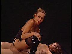 Due grandissime troie lesbicano e usano uno str...