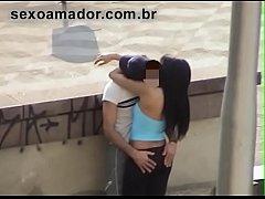 Vídeo amador flagra rapaz dando dedada na namor...