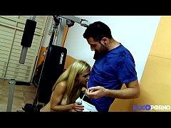 Aina blonde sexy baise dans sa salle de sport
