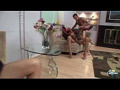 Jada et Rita baisées à la chaîne l'une à côté d...