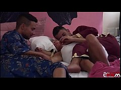 Reality Show- Loirinha punhetando 2 caras na cama