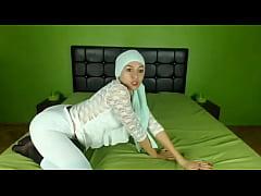 Hot Arab Hijab girl twerking her ass on cam - S...