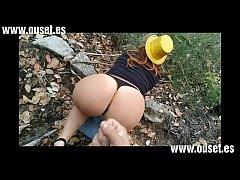 Chica borracha con gran culo folla en el bosque...