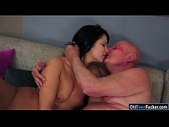 Brunette Naomie sucks off and gives handjob to ...