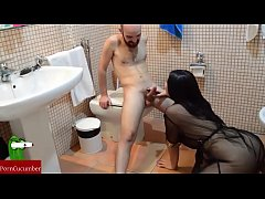 She playing to blowjob and slurp in the toilet....